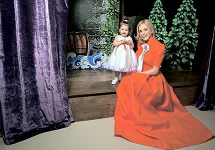 """C 1 по 30 июня в ТРЦ Art Mall проходит фотовыставка """"Звездные мамы"""""""