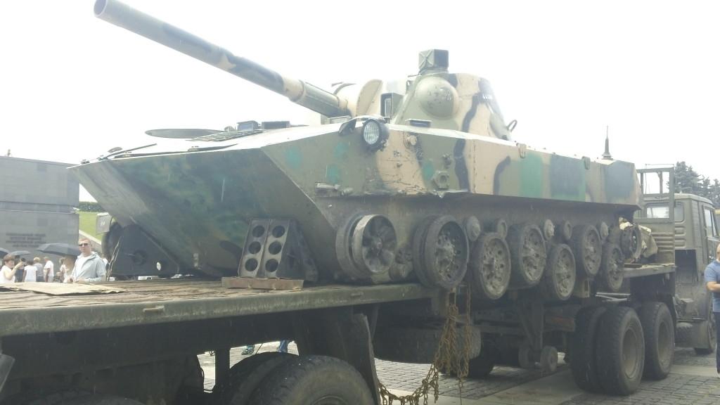 подбитый танк без гусениц