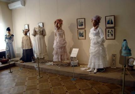 С 20 июля по 5 сентября в аутлет - городке «Мануфактура» пройдет выставка истории моды «турнюра и кринолины» Марины Ивановой