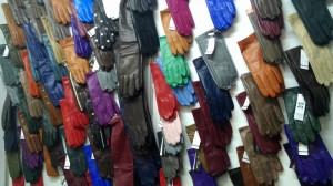 кожаные перчатки разных цветов
