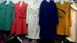 стильные женские пальто белого, красного, синего и коричневого цвета
