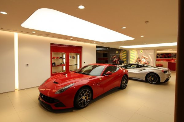 Выставочный стенды Феррари с полупрозрачными натяжными потолками