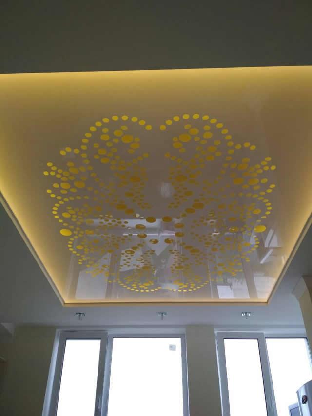 Желтый резной натяжной потолок с подсветкой