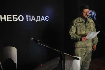 С 31 октября по 13 ноября в Национальном музее истории Украины проходит выставка-инсталляция погибшего бойца АТО Антона Киреева «Небо падает»