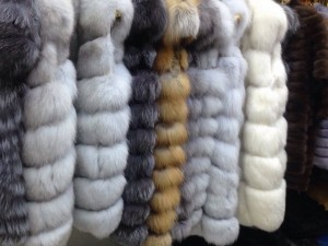 меховые жилеты на выставке