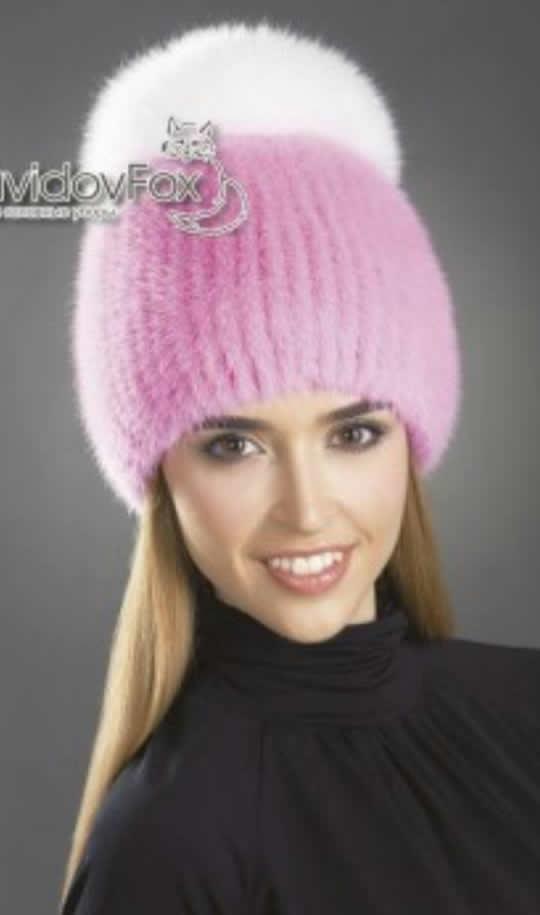 Розовая женская трикотажная шапка с белым меховым помпоном