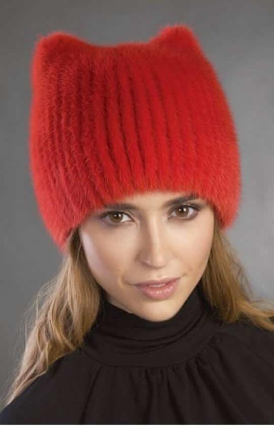 Красная трикотажная женская шапка