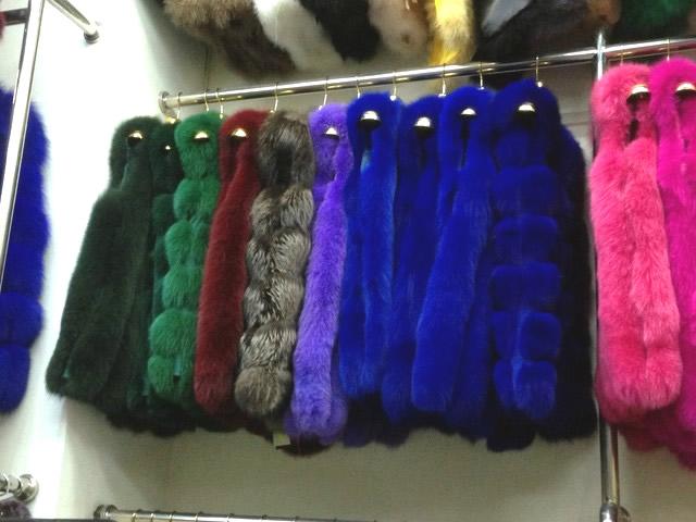 Меховые жилеты синего, голубого, сиреневого, розового, зеленого, серого цвета из песца, лисы, чернобурки в Киеве