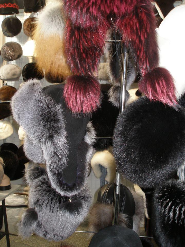 Меховые шапки на ярмарке