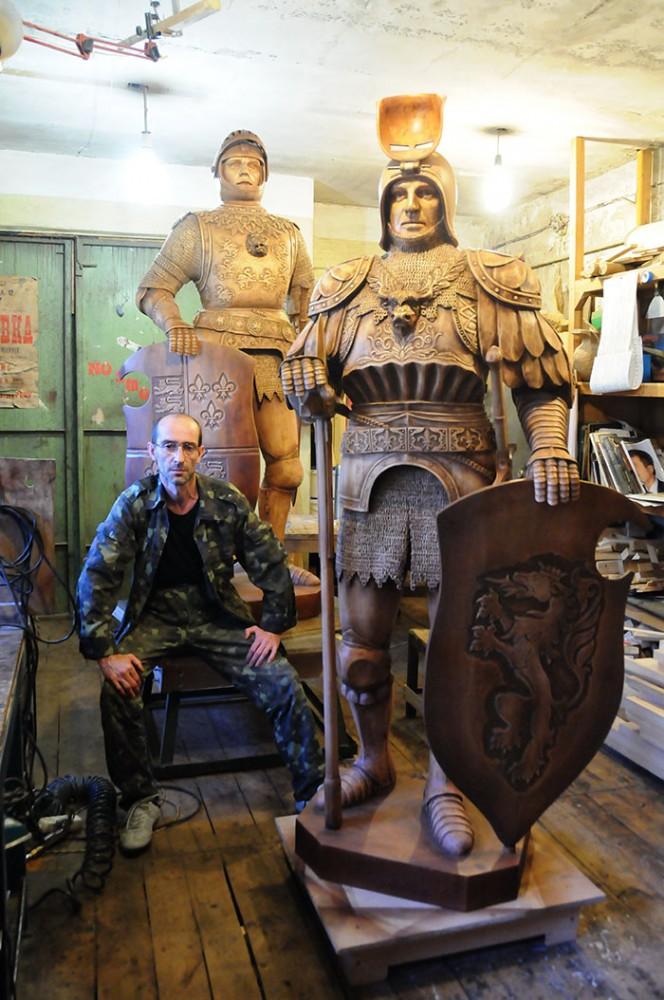 Автор с деревянными скульптурами