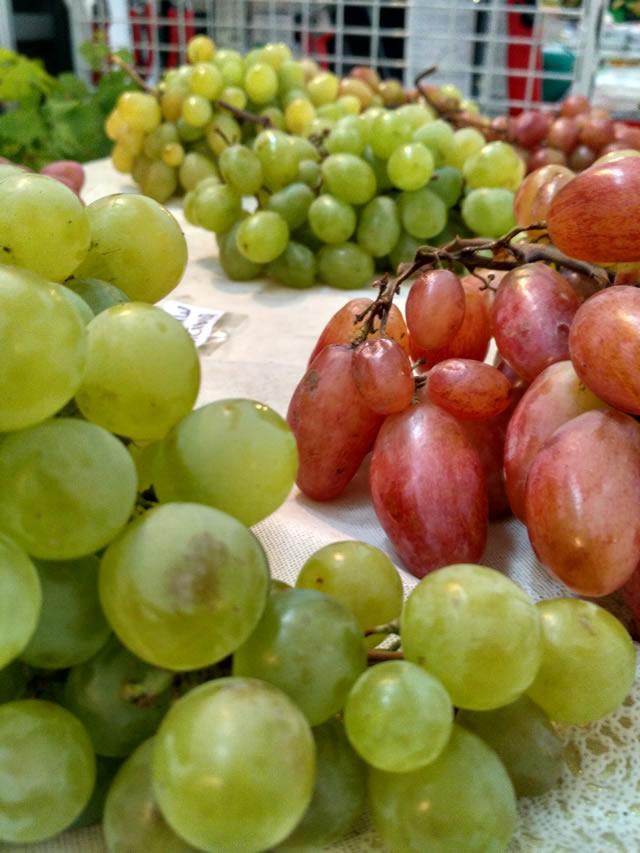 Зеленый и розовый виноград