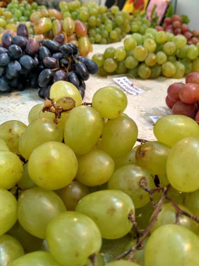Зеленый, розовый и синий виноград