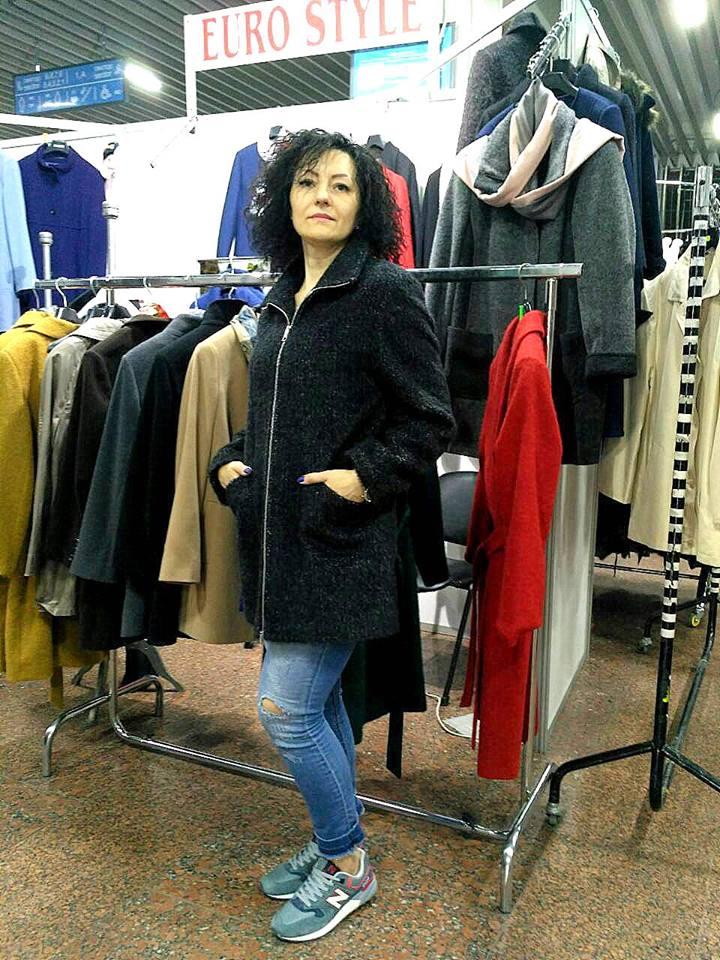 Черное женское пальто на молнии