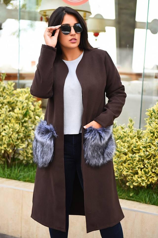 Осеннее женское пальто с меховыми рукавами