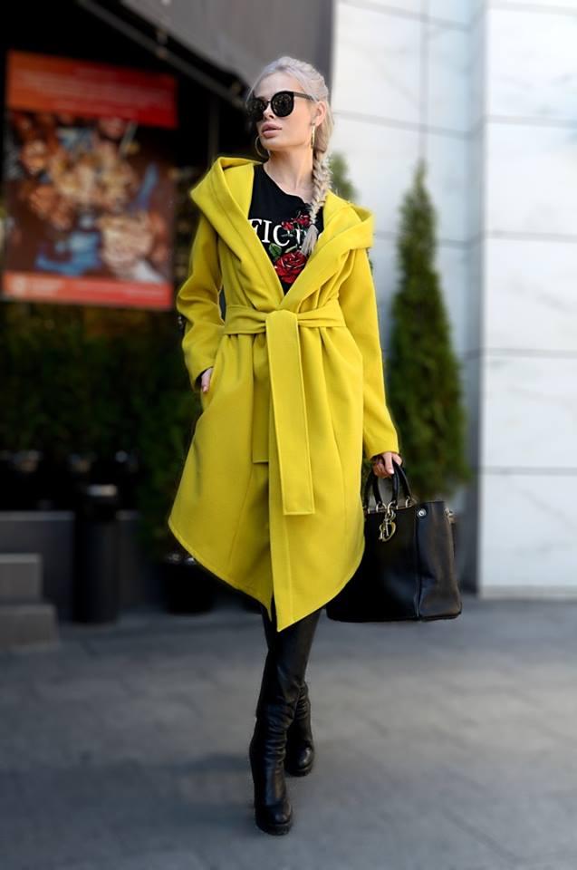 Осеннее женское пальто лимонного цвета