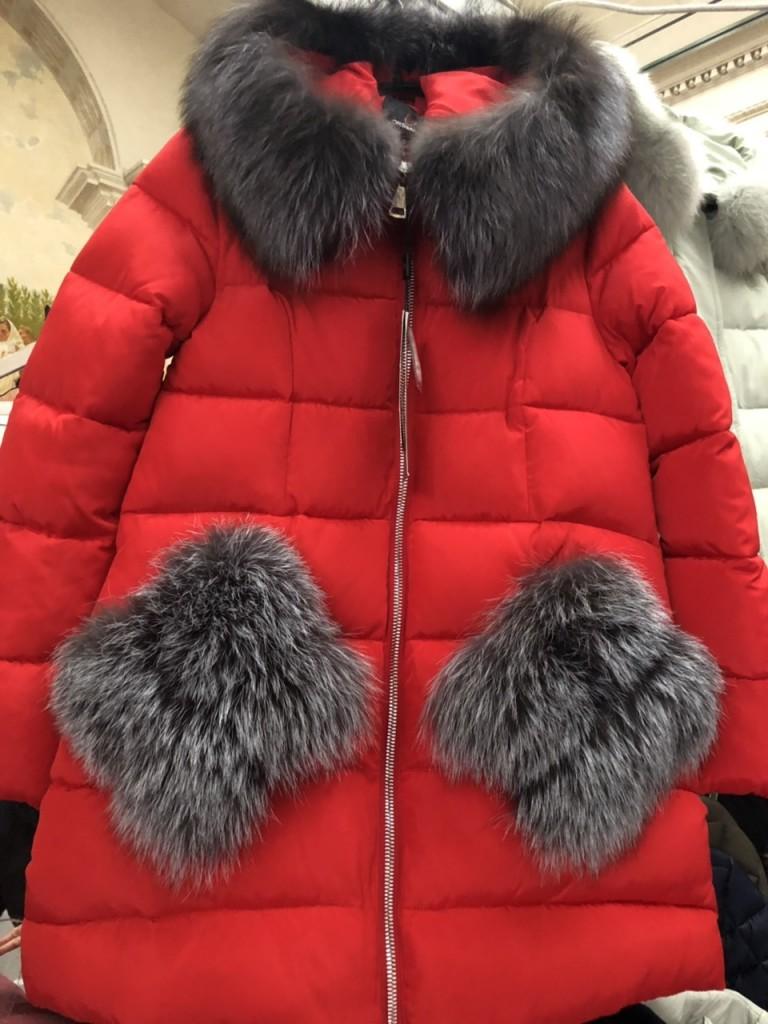 Красный женский пуховик с карманами из меха в чернобурки