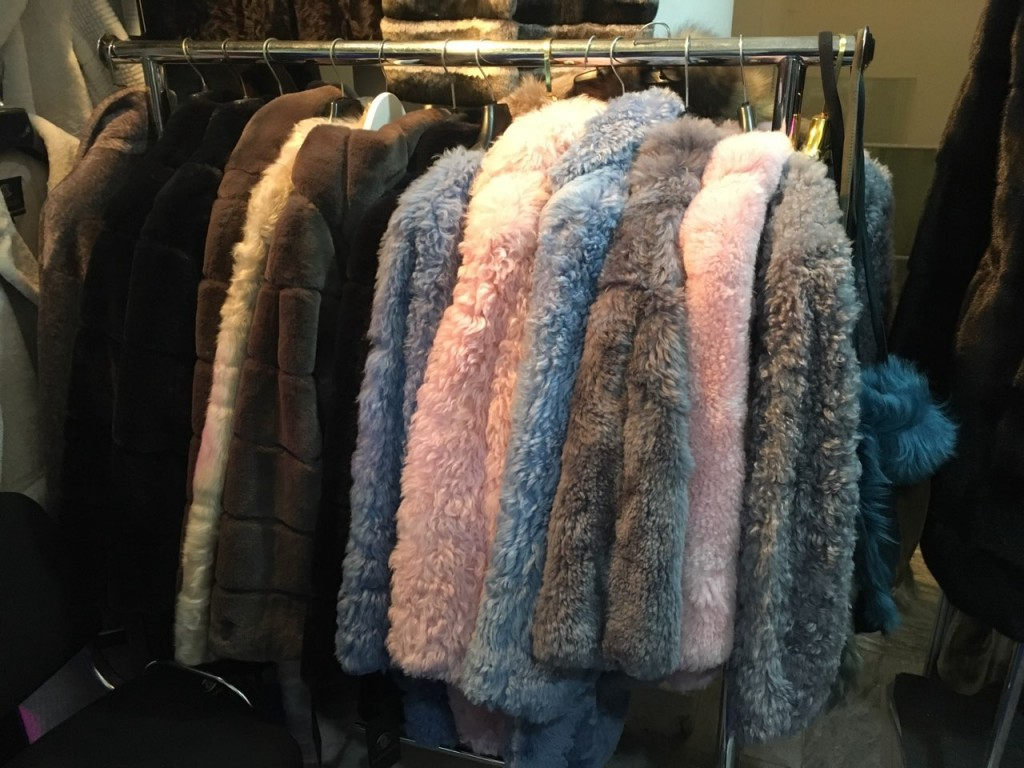 Цветные шубы и пальто из каракуля, каракульчи, астрагана