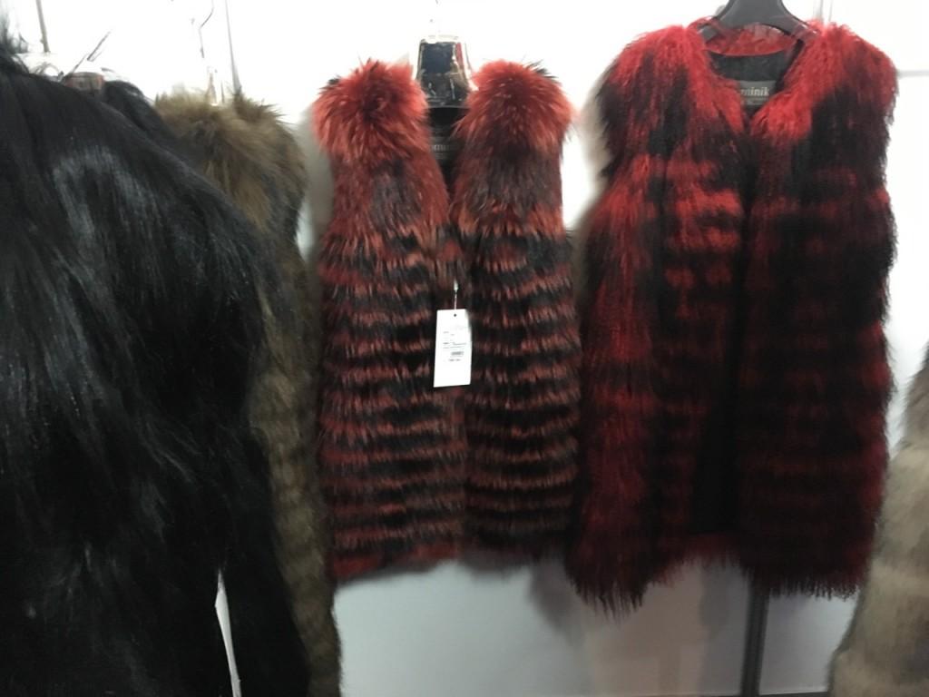 красные шубы и жилеты из енота