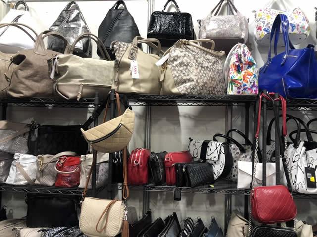 кожаные сумки на ярмарке