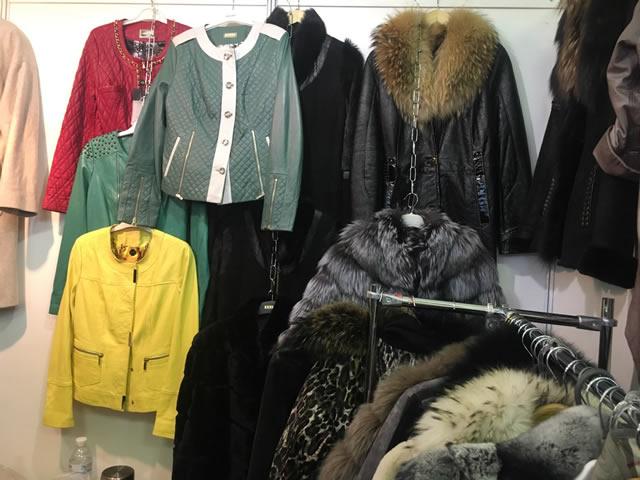 цветные кожаные мужские и женские куртки
