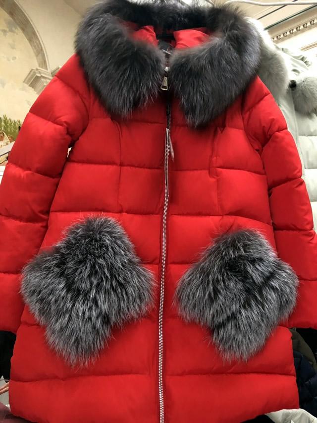 Красный женский пуховик с меховыми карманами