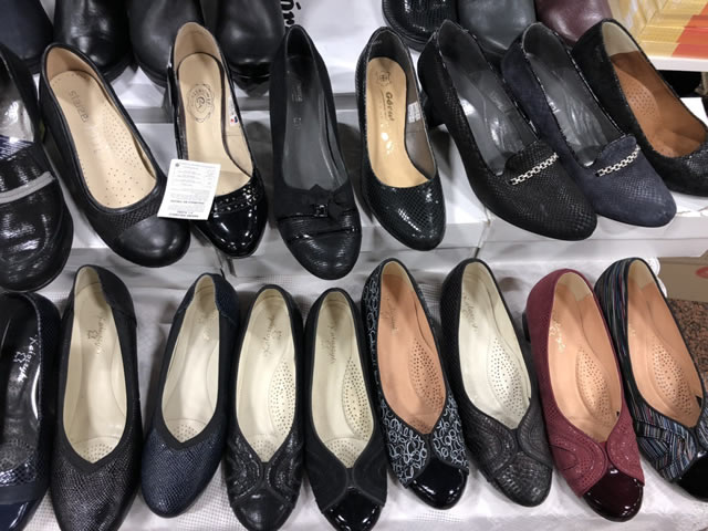 женские туфли на ярмарке