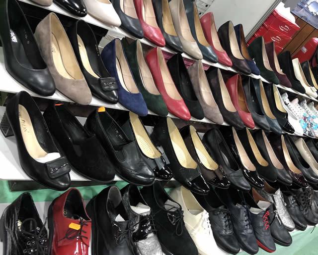 женские кожаные туфли на ярмарке