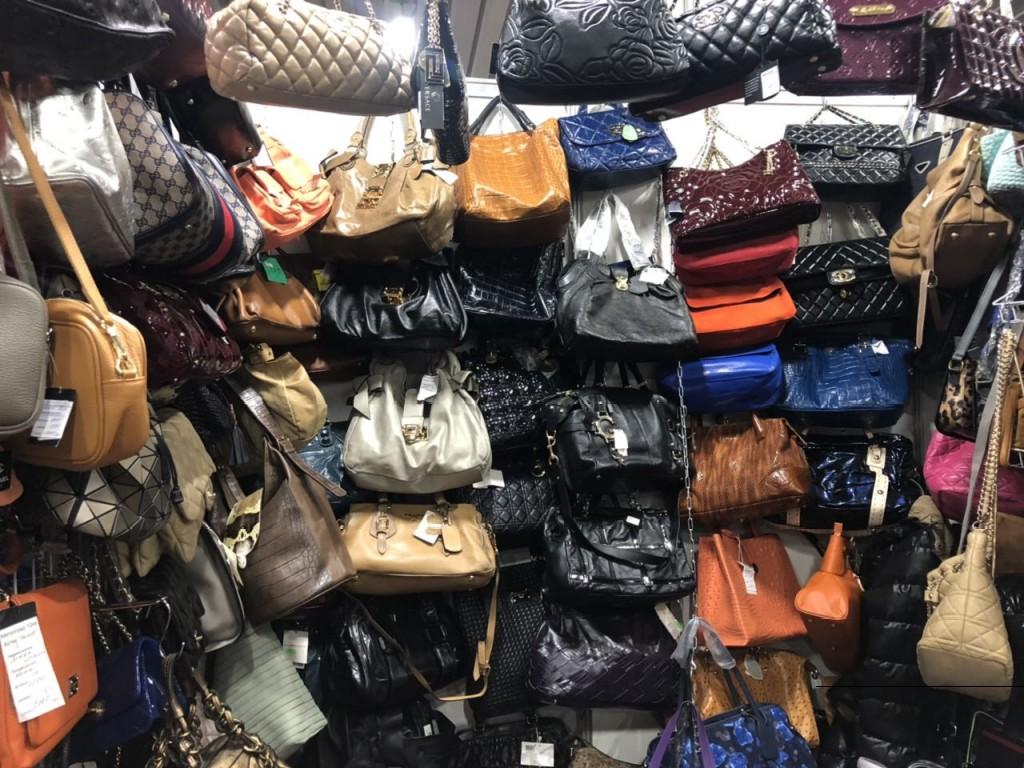 большой выбор женских сумок на ярмарке