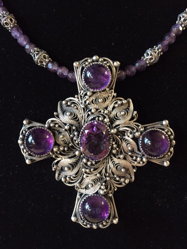 крест с драгоценными камнями