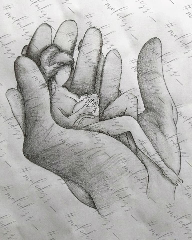 Екатерина Молодец  - женщина с младенцев в мужских ладонях