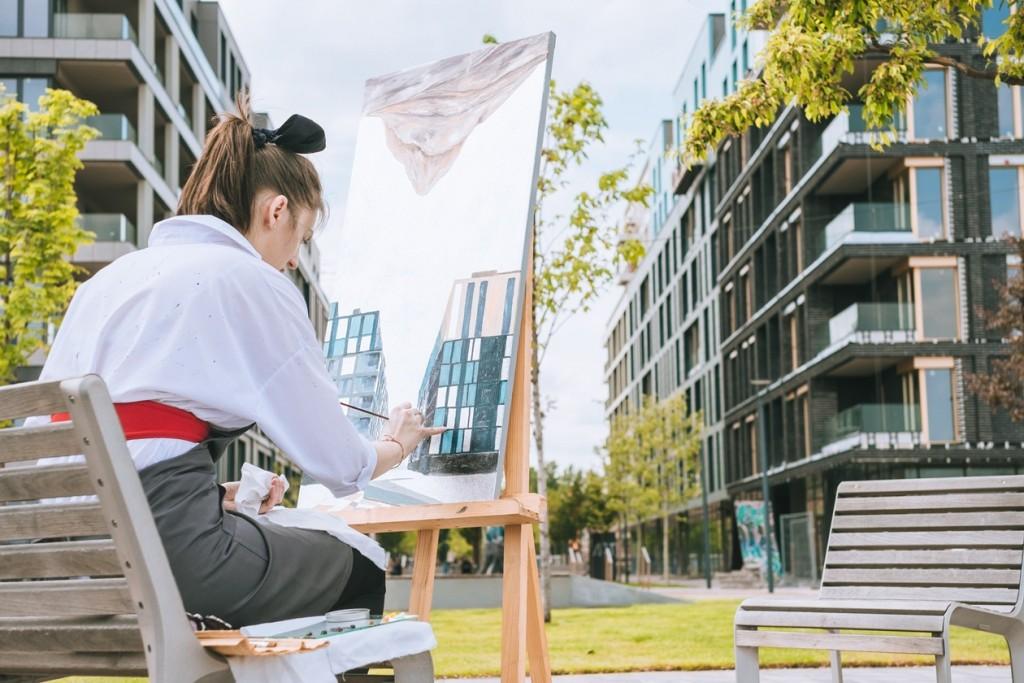 Художница рисует пейзаж в ЖК Rybalsky