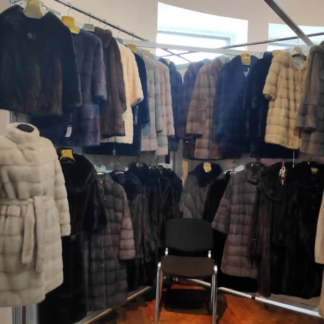 стенды с норковыми шубами, полшубками и пальто разных размеров и цветов
