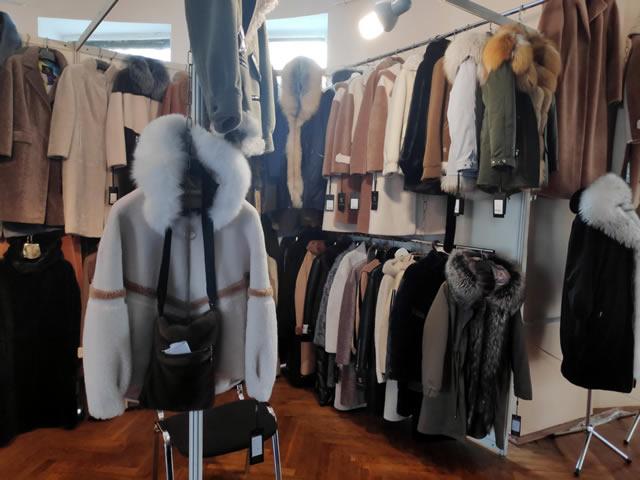 Парки с мехом, меховые осенние куртки и пальто, шубы и полушубки на выставке-ярмарке