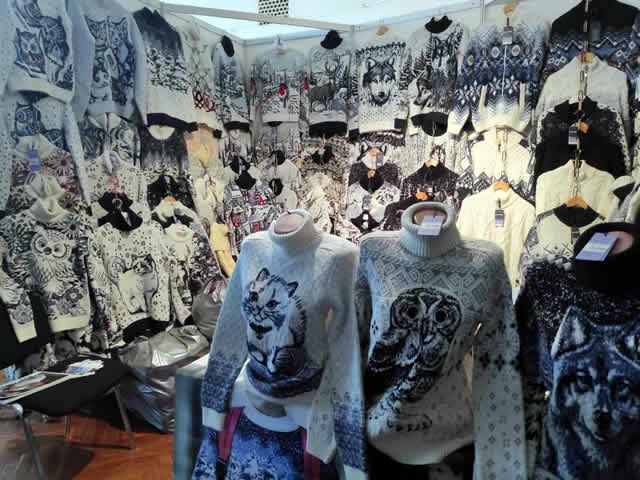 Распродажа свитеров на выставке-ярмарке на ВДНХ в Киеве