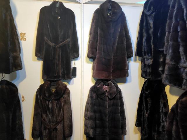 Норковые пальто разных цветов и размеров