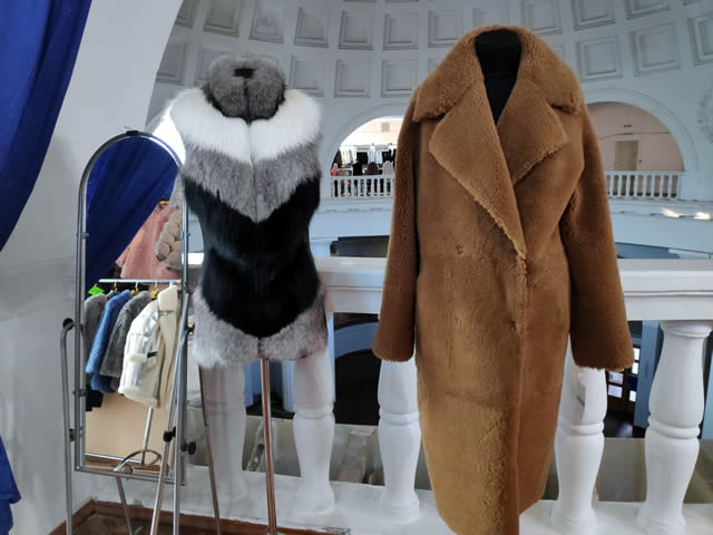 Меховые жилеты и мужские пальто из меха на ярмарке
