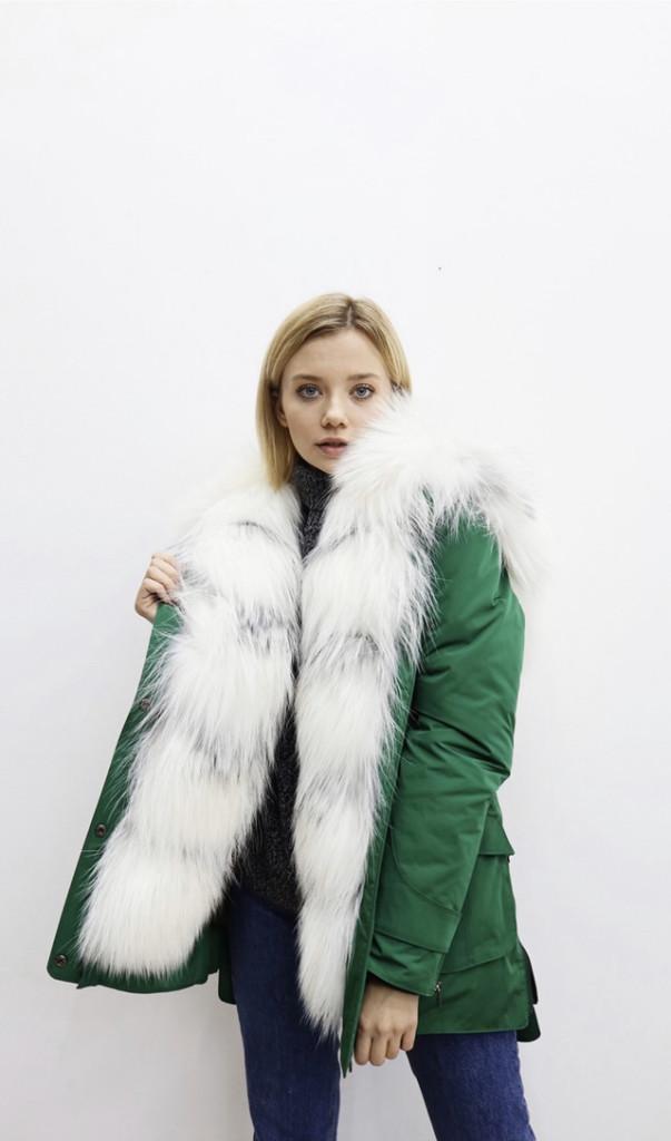 Зеленая зимняя женская парка с натуральным мехом