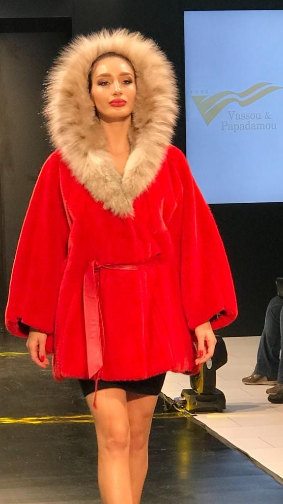 Красное пальто с мехом рыси