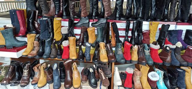 Большой выбор зимней обуви на ярмарке