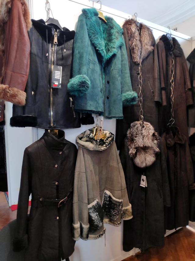 Женские осенние и зимние дубленки с меховыми воротниками  - зеленая, серая, черная, коричневая и серая