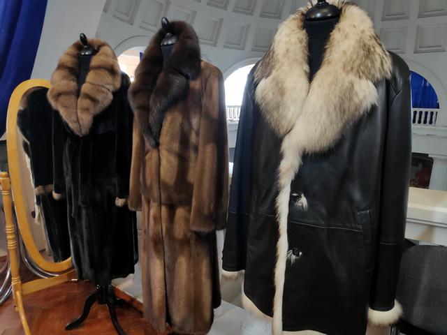 Мужские зимние и осенние куртки и длинные женские шубы