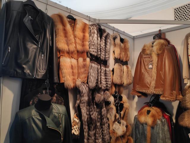 Меховые жилеты из лисы и чернобурке на ярмарке на ВДНХ в Киеве