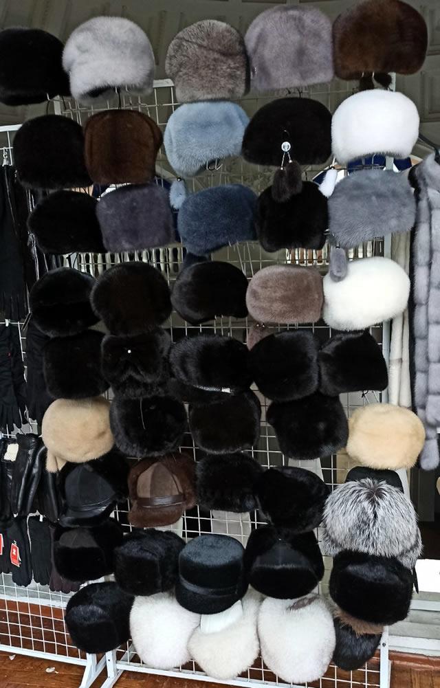 Купить зимнюю женскую меховую шапку в Киеве на ярмарке на ВДНХ
