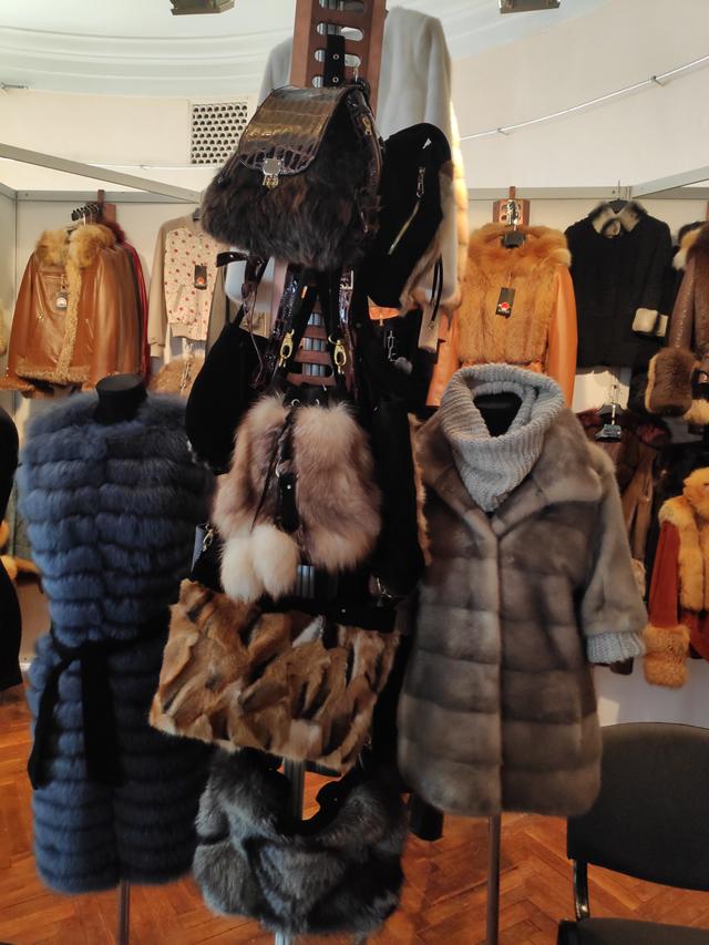 Меховые жилетки и сумки на выставке меха в Киеве