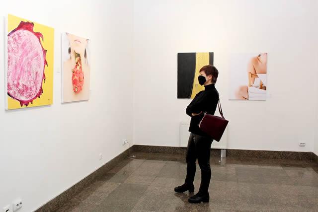 Выставка The Cut в Музее Киева  - фото посетителей выставки в зале