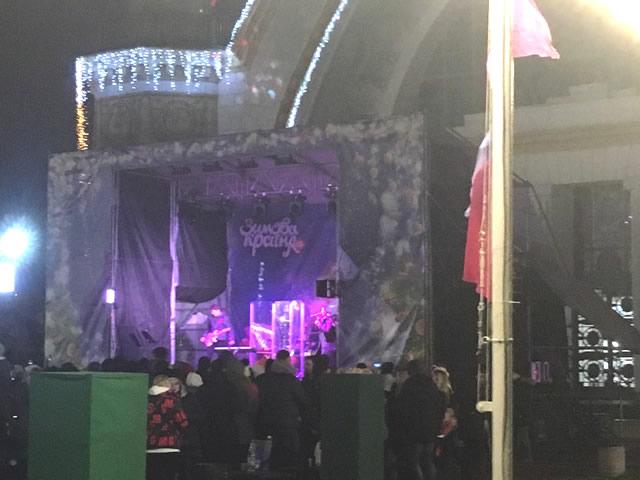 Локация со сценой, где выступают музыкальные группы