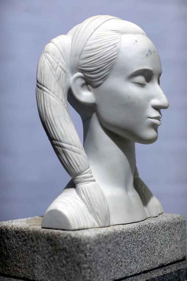 Скульптура портрет девушки
