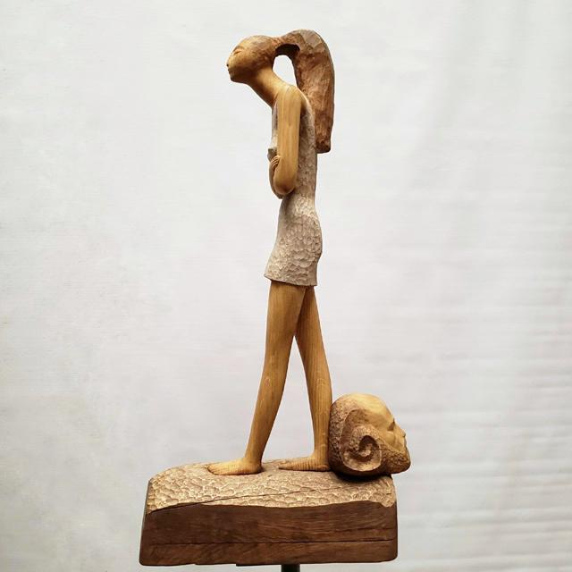 Деревянная скульптура девушки