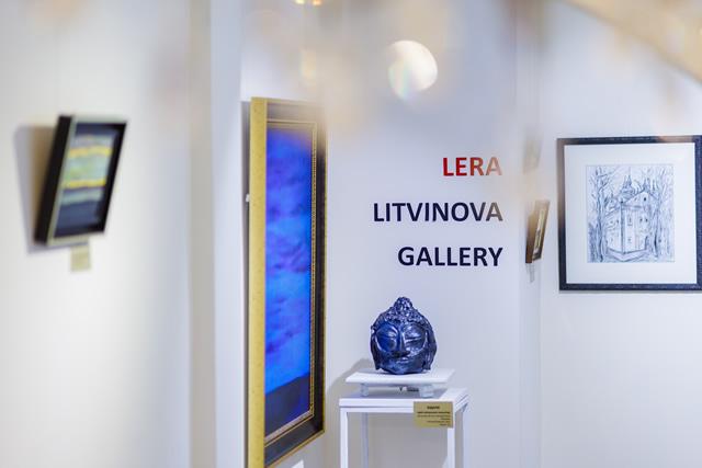 Интерьер выставки живописи и скульптуры
