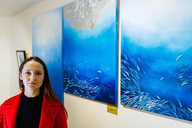 Лера Литвинова на фоне новой картины